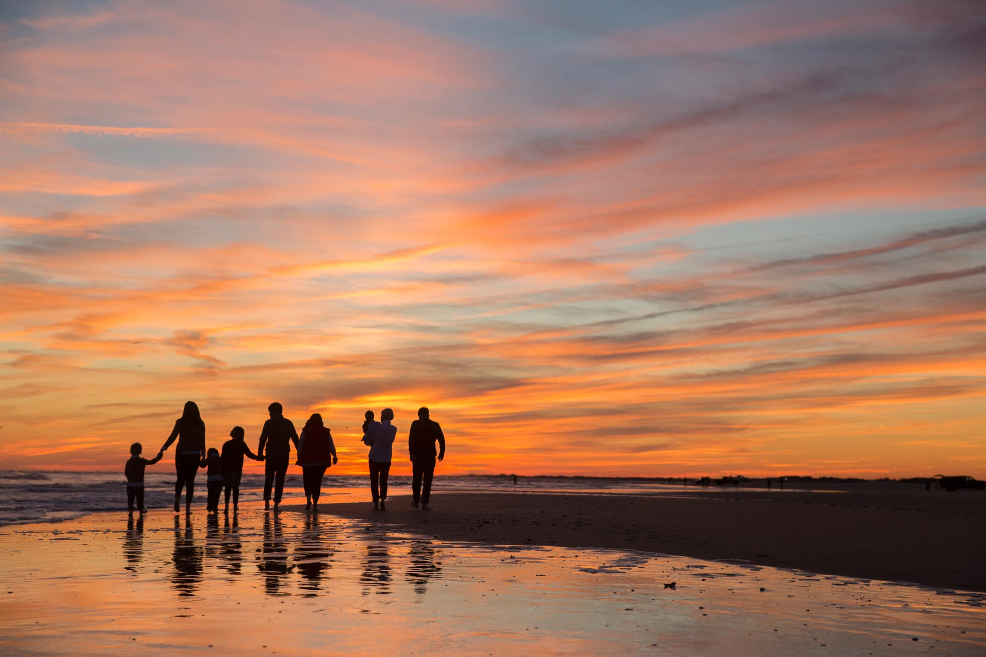 Silhouette_of_family_on_beach_at_Emerald_Isle